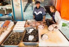 Vendedores dos peixes no delle Femmine de Isola ou na ilha do mercado das mulheres, Palermo, Sic?lia fotografia de stock royalty free
