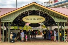 Vendedores e turistas no mercado do ofício fotografia de stock
