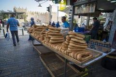 Vendedores en el bagele de la venta del mercado - pan árabe tradicional Ciudad vieja, Jerusalén Israel 24 de octubre de 2018 fotos de archivo libres de regalías