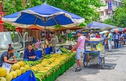 Vendedores en el mercado de Antalya Foto de archivo