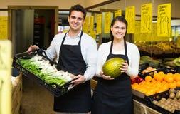 Vendedores en el mercado de las verduras Imagen de archivo
