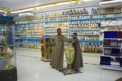 Vendedores en la tienda con los recuerdos egipcios Fotos de archivo