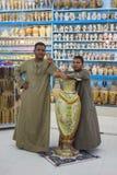 Vendedores en la tienda con los recuerdos egipcios Foto de archivo
