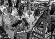 Vendedores en las calles de Hyderabad en la India Imágenes de archivo libres de regalías