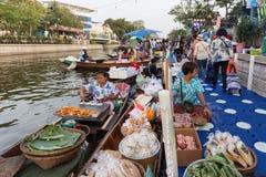 Vendedores flotantes de la comida del mercado Imagenes de archivo