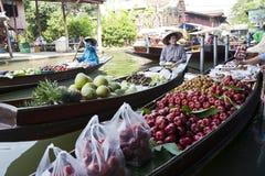 Vendedores flotantes del mercado Foto de archivo libre de regalías