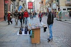 Vendedores ilegais de acessórios e de sacos do telefone Foto de Stock Royalty Free