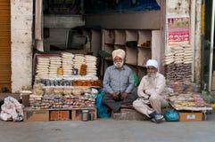 Vendedores indianos do mercado que vendem o petisco na loja local da rua Fotografia de Stock Royalty Free