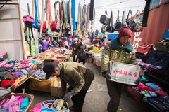 Vendedores no mercado da cidade Em Bayan-Olgiy a província é povoada a 88,7% por Kazakhs Imagem de Stock Royalty Free