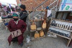 Vendedores no mercado da cidade Em Bayan-Olgiy a província é povoada a 88,7% por Kazakhs Fotografia de Stock Royalty Free