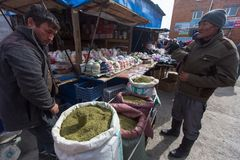 Vendedores no mercado da cidade Em Bayan-Olgiy a província é povoada a 88,7% por Kazakhs Foto de Stock
