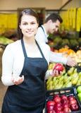 Vendedores que ofrecen manzanas dulces estacionales en ultramarinos Imagen de archivo libre de regalías