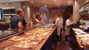 Vendedores que vendem a pizza aos clientes em Veneza filme