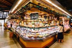 Vendedores que vendem produtos do mercado em Santa Catarina Mercado Of Barcelona City Imagens de Stock Royalty Free