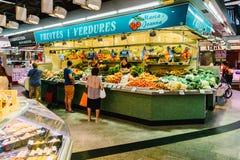 Vendedores que vendem produtos do mercado em Santa Catarina Mercado Of Barcelona City Imagem de Stock