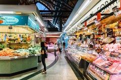 Vendedores que vendem produtos do mercado em Santa Catarina Mercado Of Barcelona City Imagem de Stock Royalty Free
