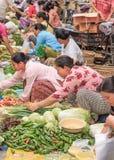Vendedores que vendem vegetais no mercado local tradicional, Ruili, China Foto de Stock Royalty Free