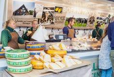 Vendedores que venden el queso de Holanda tradicional en mercado callejero en Países Bajos fotografía de archivo
