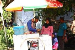 Vendedores tradicionales de la comida de la calle en Indonesia, foto de archivo