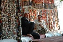 Vendedores turcos de la alfombra que venden sus alfombras foto de archivo