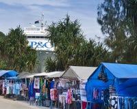 Vendedores y nave de Port Vila atracados Imagen de archivo libre de regalías