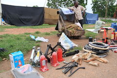 Vendendo acessórios do carro na rua africana Fotos de Stock