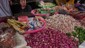 Vendendo especiarias no mercado do alimento em Jakarta, Indonésia vídeos de arquivo