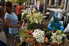 Vendendo flores no mercado Fotos de Stock Royalty Free