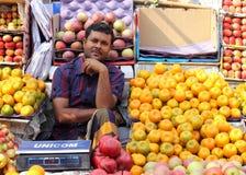 Vendendo frutas Imagens de Stock