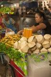 Vendendo frutos na rua Fotos de Stock