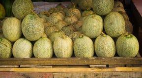 Vendendo i meloni su una scatola di legno al mercato tradizionale Indonesia contenuta foto di Bogor Immagini Stock
