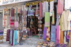 Vendendo i vestiti ed i regali al mercato di strada a città santa Pushkar, il Ragiastan, India, fine su fotografia stock