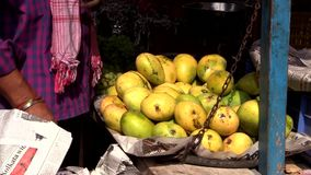 Vendendo il mango giallo sul mercato di frutta, l'India, il Bihar, può 2016 stock footage