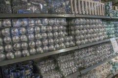 Vendendo le palle di Natale al Intratuin Amsterdam i Paesi Bassi 2018 fotografie stock libere da diritti