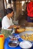 Vendendo o alimento no lago Inle Fotografia de Stock