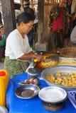 Vendendo o alimento no lago Inle Foto de Stock