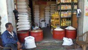 Vendendo o arroz nas ruas de Myanmar foto de stock royalty free