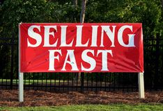 Vendendo o sinal rápido Foto de Stock Royalty Free