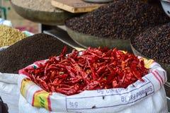 Vendendo pimentões fritados no mercado de rua na Índia Foto de Stock