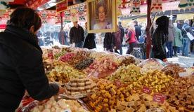 Vendendo trufas no mercado Imagens de Stock Royalty Free