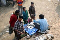 Vendendo um peixe no mercado de peixes Imagens de Stock