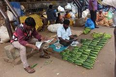 Vendendo uma leitura em Bangalore, Índia Foto de Stock Royalty Free