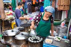 Vendere dell'alimento della via che cucinano dessert tailandese Fotografie Stock Libere da Diritti
