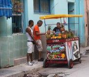 Venders тележки плодоовощ в Гаване Кубе Стоковое фото RF