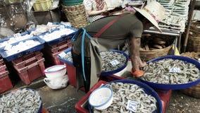 Vendeur au marché de Khlong Toey, Bangkok, Thaïlande Image libre de droits