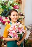 Vendeur avec des fleurs Images stock