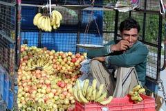 Vendeur cachemirien de fruit Image libre de droits