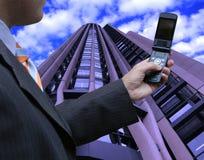 Vendeur contrôlant le téléphone Photos libres de droits