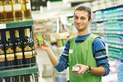 Vendeur d'achats dans le supermarché Images libres de droits