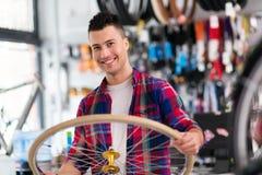 Vendeur dans la boutique de bicyclette Photographie stock